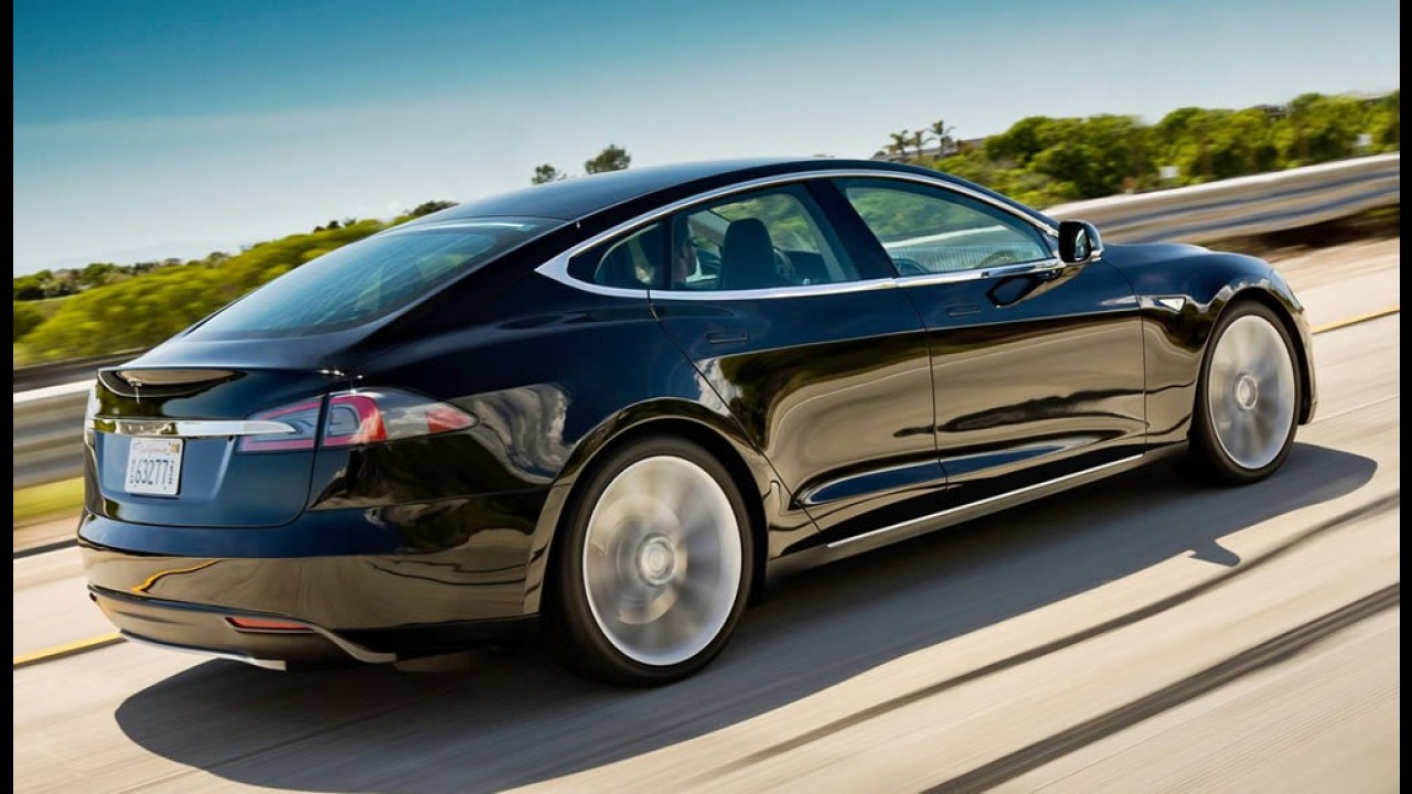 """Tesla realiza """"recall virtual"""" em mais de 29 mil unidades do Model S"""