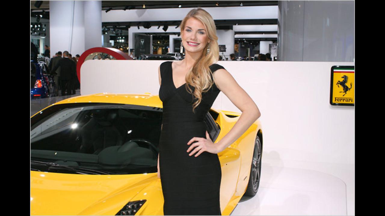 Immer das richtige Outfit: Das kleine Schwarze passt auch zum Ferrari 458 Italia bestens