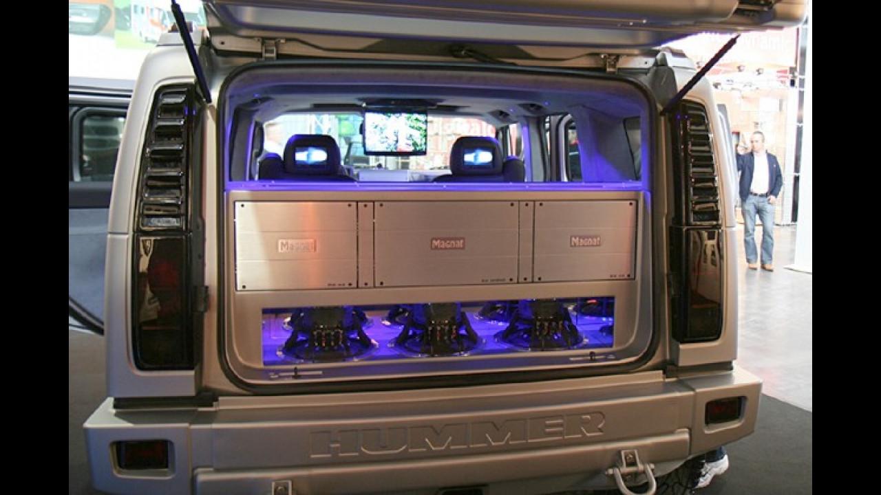 Gut, dass der Hummer so viel Platz bietet: So passen auch mehrere Endstufen in den Kofferraum