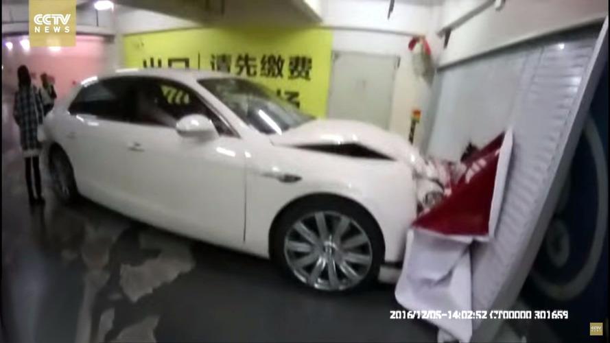 VIDÉO - Sans frein à main, cette Bentley finit par pércuter un mur
