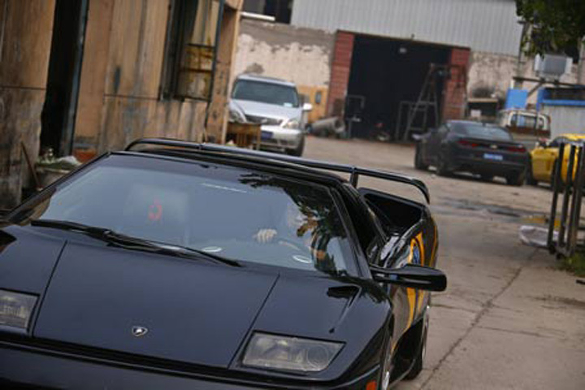 Two Guys in China Built Convincing Lamborghini Diablo Replicas