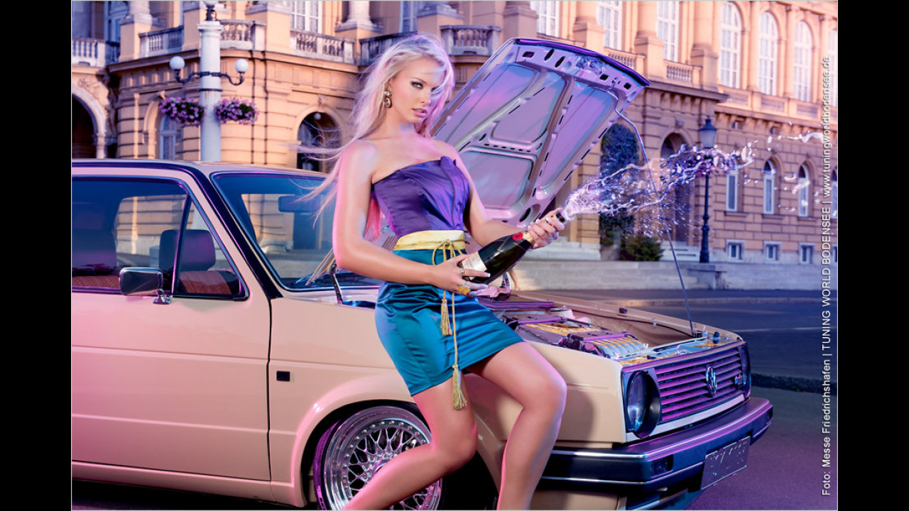 Miss Tuning Kalender 2012: Ob kühler Oktober oder nicht, es gibt immer einen Grund, eine Flasche zu köpfen