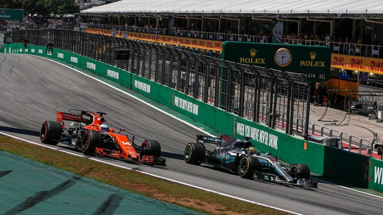 Fernando Alonso, McLaren MCL32 et Lewis Hamilton, Mercedes-Benz F1
