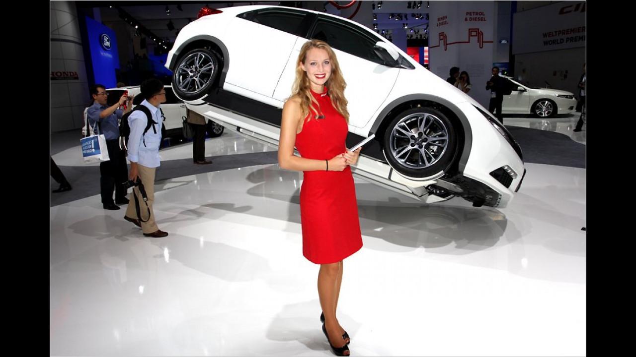Die Dame in Rot präsentiert wahrscheinlich das neue Reifen-Wechsel-System namens Easy Lift