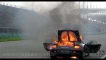 Esse é quente! Porsche Carrera GT pega fogo em Shangai