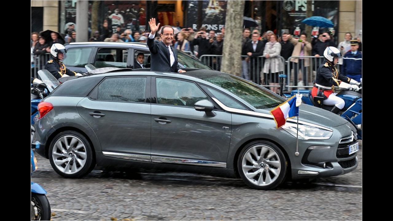 Sarkozy-Nachfolger François Hollande fährt lieber mit etwas kleineren Autos. Hier winkt der Präsident aus dem eigens für ihn geöffneten Citroën DS5 Hybrid.