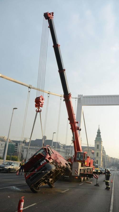 Négyes karambol az Erzsébet hídon