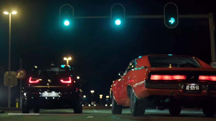 BMW i3s, klasik bir Dodge Charger'a karşı