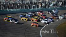Restart: Kevin Harvick, Stewart-Haas Racing Chevrolet, Carl Edwards, Joe Gibbs Racing Toyota lead