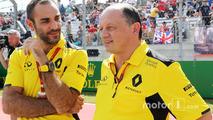 (Soldan sağa): Cyril Abiteboul, Renault Sport F1 Managing Director ve Frederic Vasseur, Renault Sport F1 Team Racing Director gridde