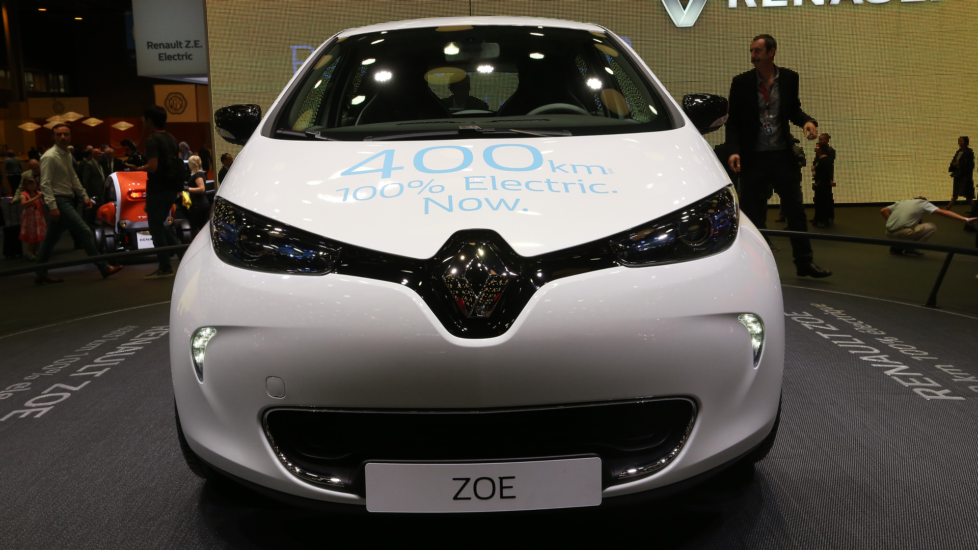 renault zoe ze 40 plugs into paris with 250 mile range. Black Bedroom Furniture Sets. Home Design Ideas