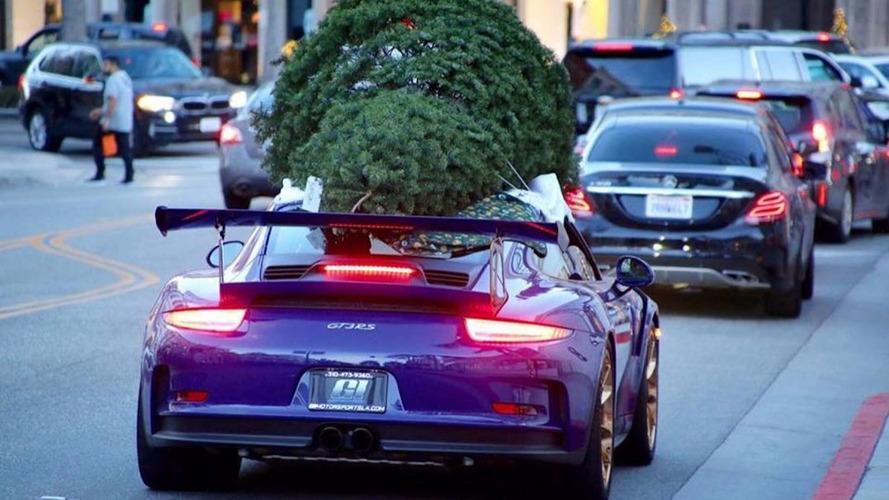 Insolite - Ils transportent leur sapin sur le toit de leur Porsche 911 GT3 RS