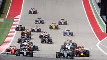 Lewis Hamilton, Mercedes AMG F1 W07 Hybrid (Sağdaki) yarışın startında takım arkadaşı Nico Rosberg'in, Mercedes AMG F1 W07 Hybrid önünde