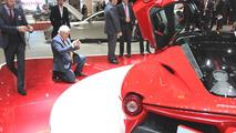 McLaren şef tasarımcısı Frank Stephenson, yeni LaFerrari'nin fotoğraflarını çekiyor, 2013 Cenevre Otomobil Fuarı