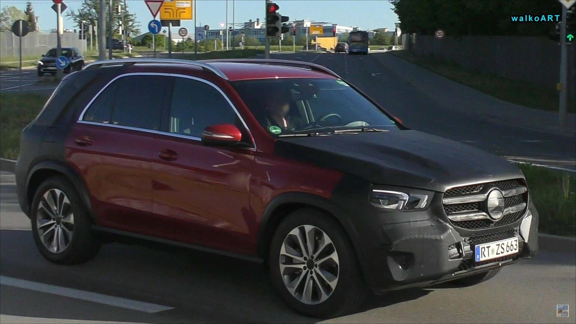 2018 - [Mercedes] GLE II ( ML IV ) - Page 3 2019-mercedes-gle-with-less-camo-screenshot-from-spy-video