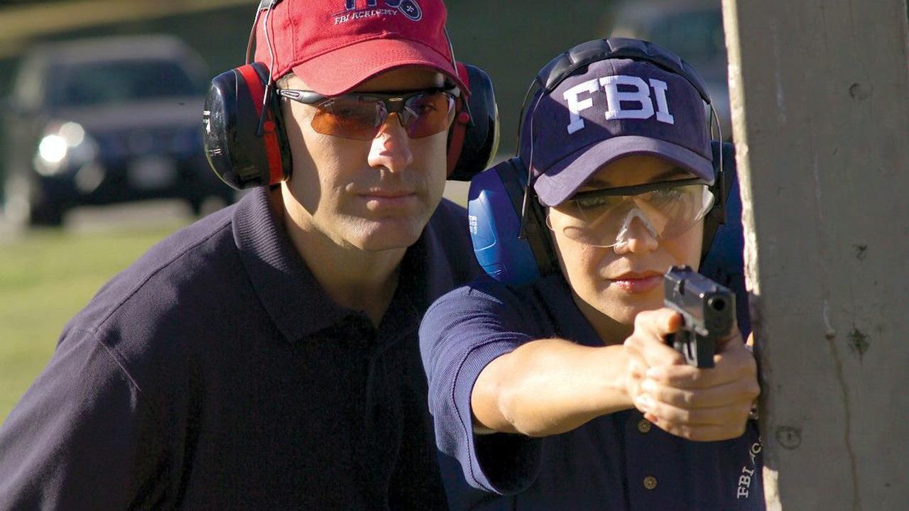New FBI agent training with hand gun - 1125 - 25.02.2010